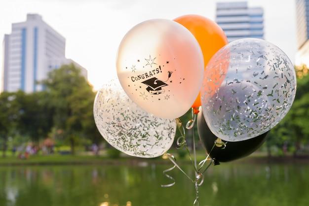 Balões decorativos para formatura contra vista para o parque