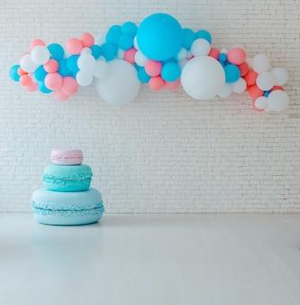 Balões e carrinho de sorvete em festivo tijolo branco com grande homem-biscoito.