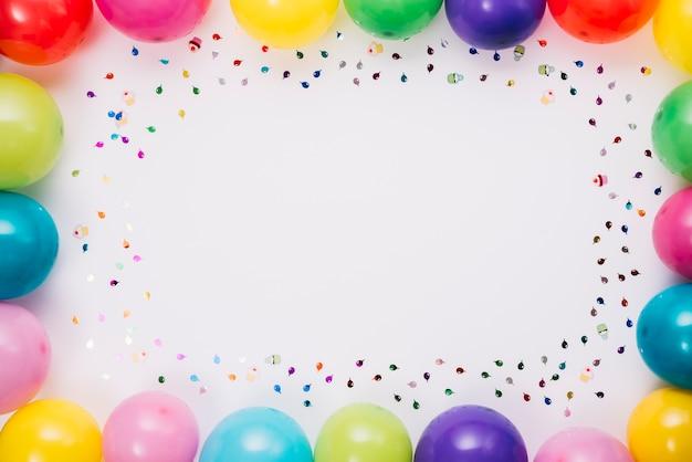 Balões e quadro de confetes com espaço para escrever texto