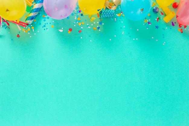 Balões e várias decorações de festa vista superior