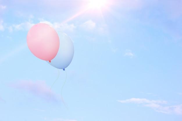 Balões flutuam no céu.
