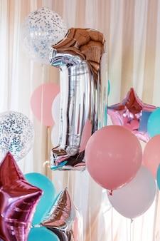 Balões infláveis rosa, prata e azuis em fitas