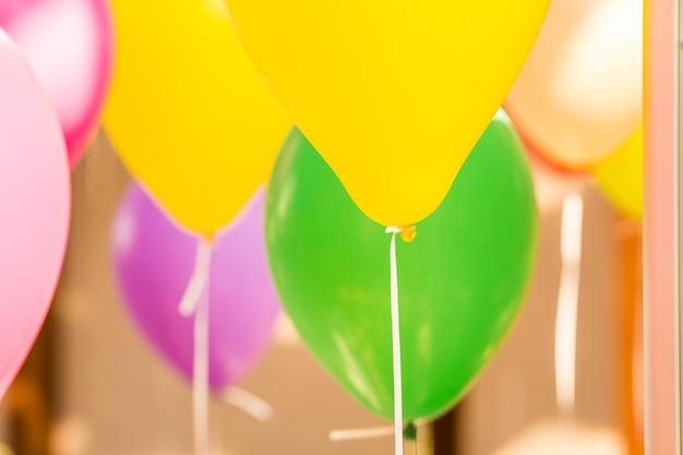 Balões multicoloridos de hélio com fitas