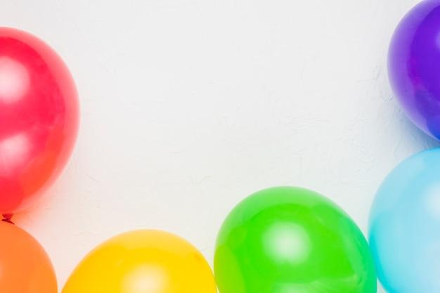 Balões multicoloridos em cores do arco-íris