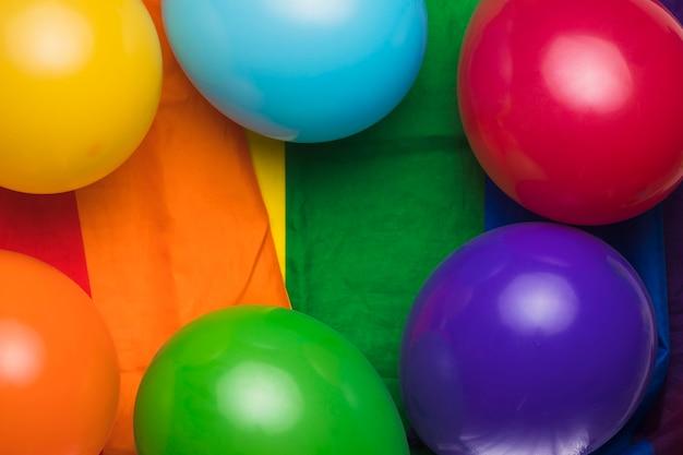 Balões multicoloridos em pano de arco-íris