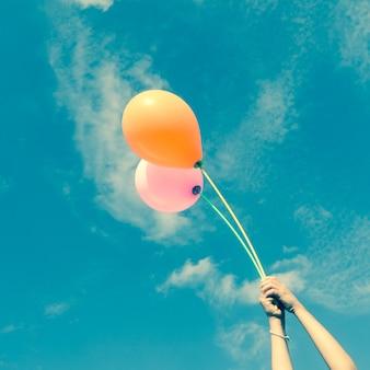 Balões no céu com estilo vintage retro do efeito do filtro