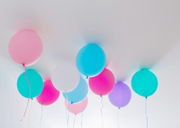 Balões no quarto branco
