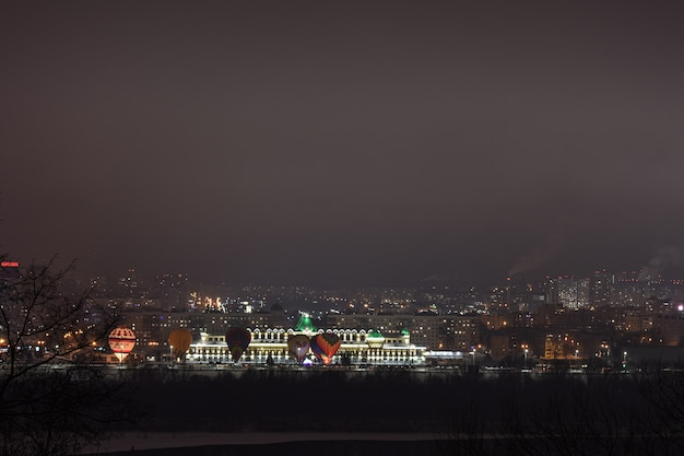 Balões pela cidade à noite