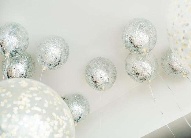 Balões prateados em uma festa