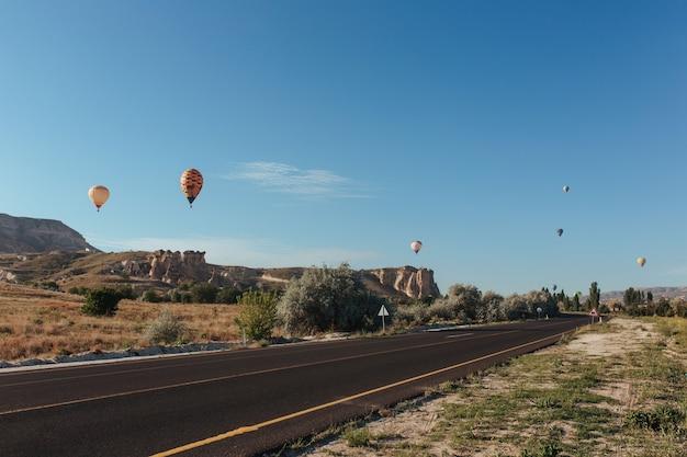 Balões rodoviários da capadócia voam acima dela