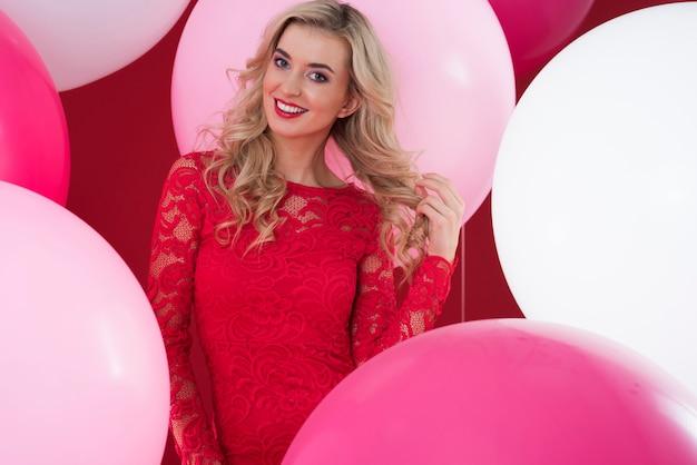 Balões rosa e brancos e mulher atraente