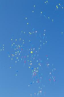 Balões voando, fundo do céu bly.