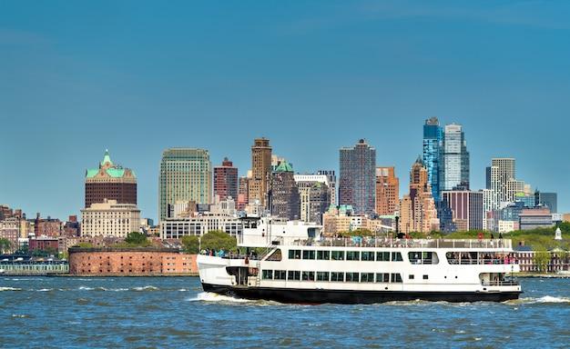 Balsa conectando nova york, ilhas liberty e ellis e jersey city - eua