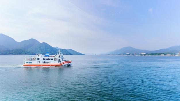 Balsa cruzando o mar interior entre miyajimaguchi e a ilha miyajima de hiroshima japão