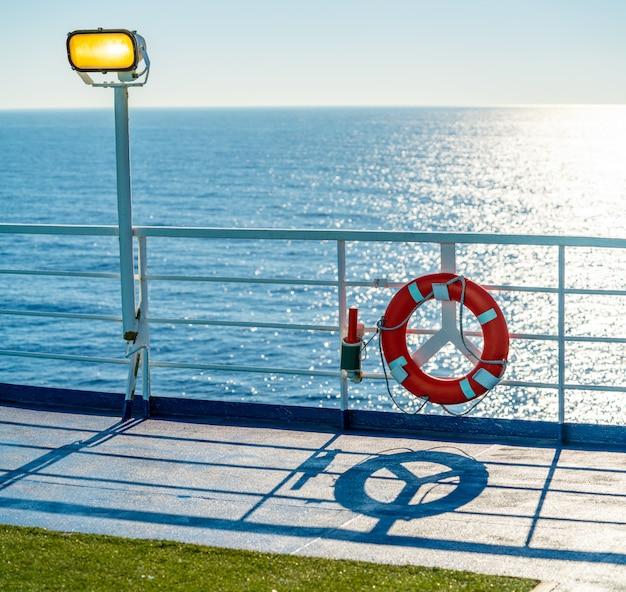 Balsa, cruzeiro, trilhos, em, um, azul, oceânicos, bóia
