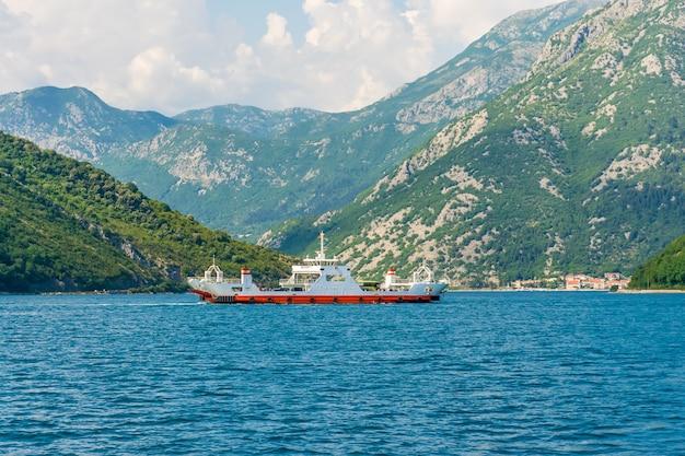 Balsas marítimas transportam carros e ônibus com turistas entre as duas cidades