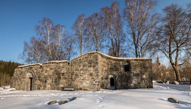 Bamble, noruega - 17 de março de 2018: ruínas da igreja de st. olav em bamble, noruega.
