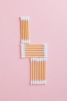 Bambu ecológico e cotonetes de algodão em um fundo rosa escovas de dente de bambu para