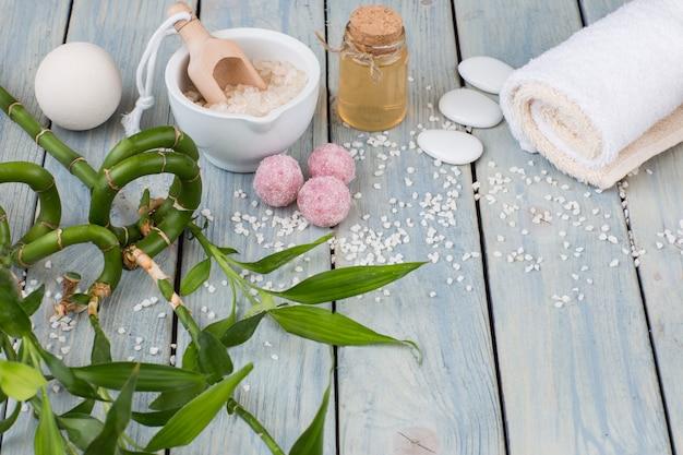 Bambu, sabão, sal, óleo, pedras, toalhas - artigos para o spa