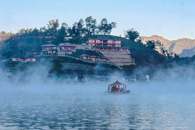 Ban rak thai, casa chinesa no campo do chá, mae hong son, tailândia