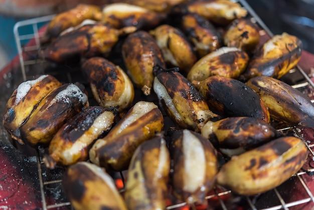 Banana assada ou grelhada na comida de rua tailandês