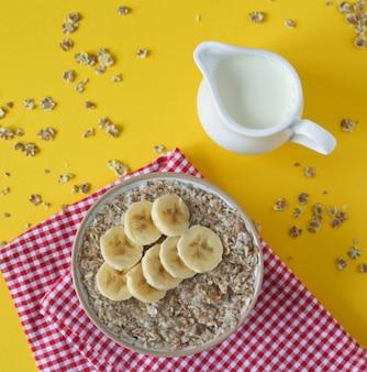 Banana aveia e jarro de leite