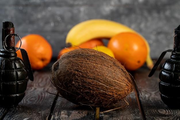 Banana de coco e laranjas em uma mesa de madeira