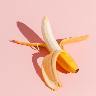 Banana de vista superior em fundo rosa