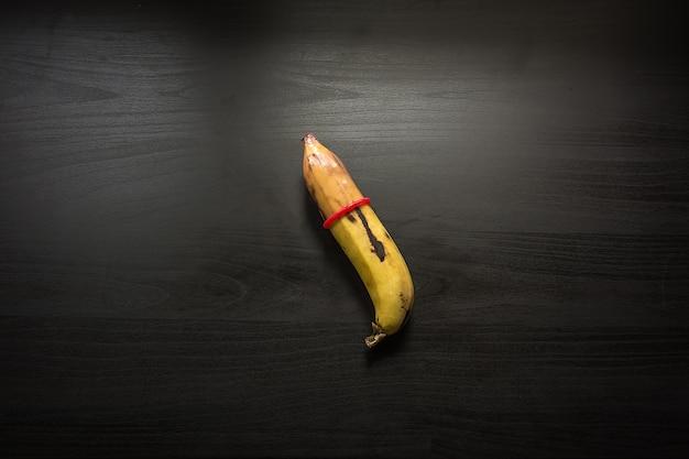 Banana em fundo preto de madeira