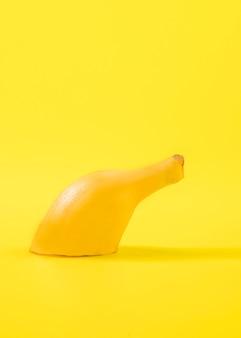 Banana fatiada em close-up em cima da mesa