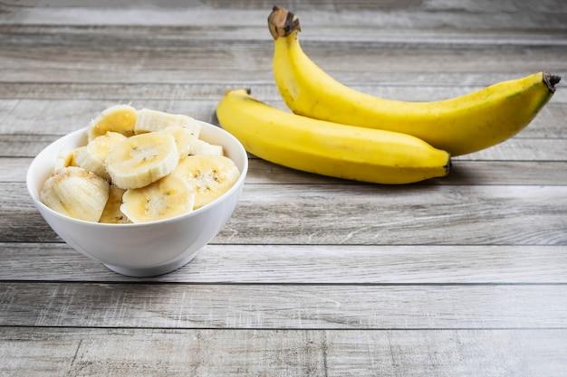 Banana fresca em uma mesa de madeira