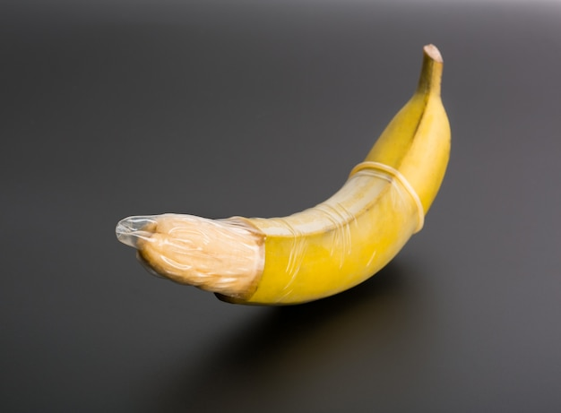 Banana grande com preservativo