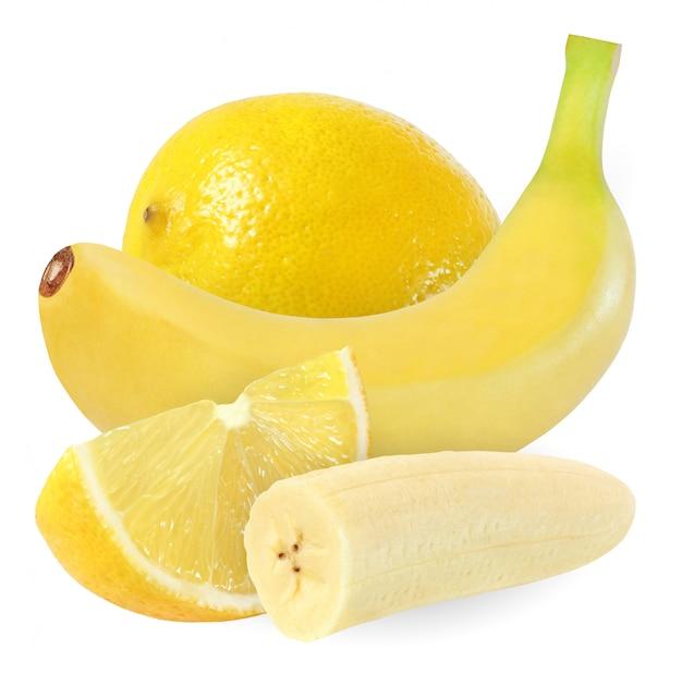 Banana inteira, cortada e limão, isolado no fundo branco com traçado de recorte