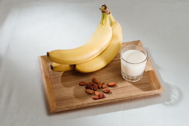 Banana, leite e amêndoas na mesa