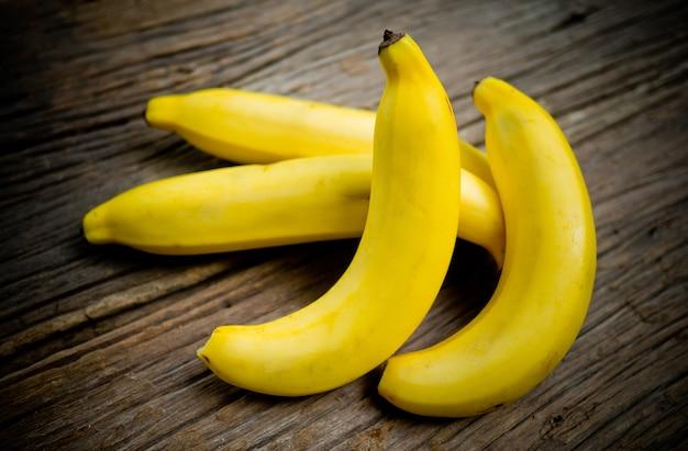 Banana madura na mesa de madeira, banana amarela