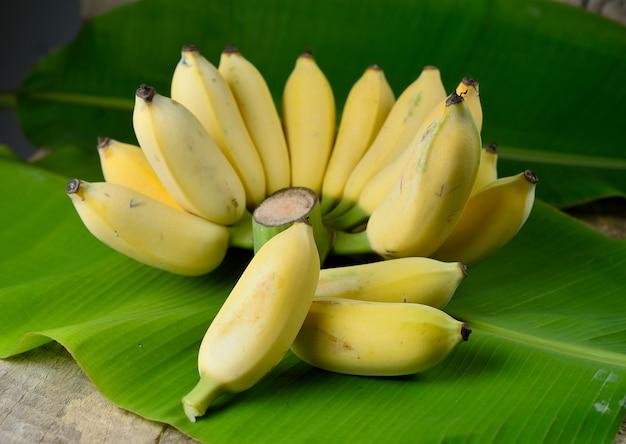 Banana madura na mesa de madeira