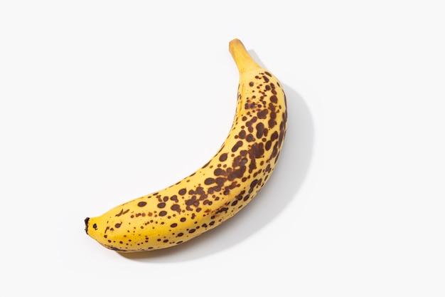 Banana manchada isolada no branco