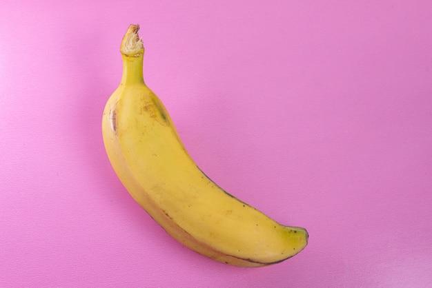 Banana na superfície rosa
