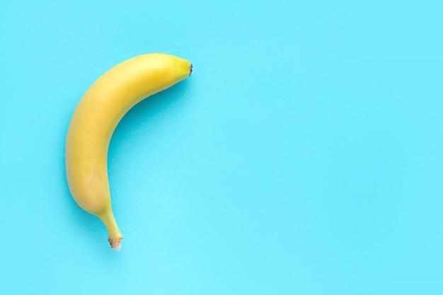 Banana no fundo azul. banana top veiw