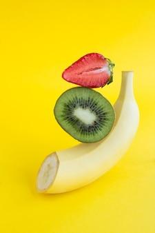Banana picada, kiwi e morango em equilíbrio. fechar-se.