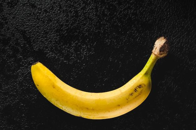 Banana preta em fundo amarelo imagem pop art