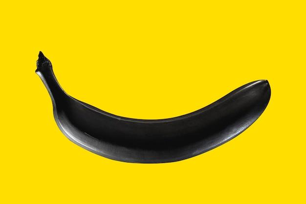 Banana preta em um fundo amarelo