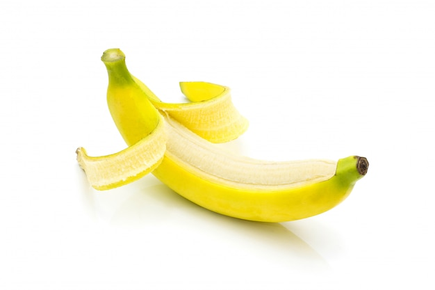 Banana saborosa isolada no branco
