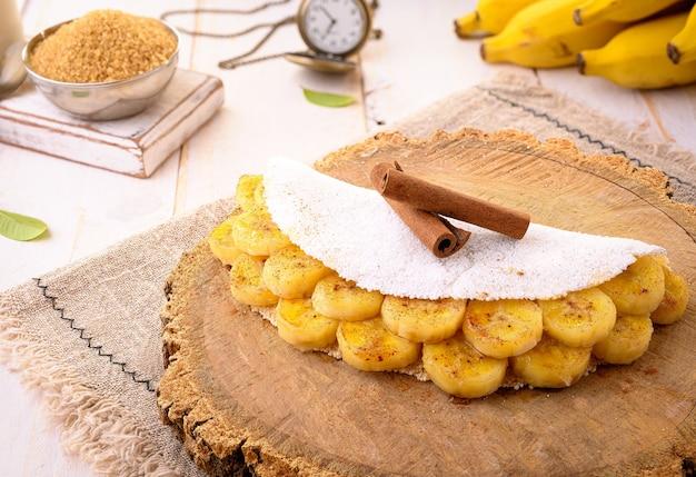 Banana tapioca   panqueca de farinha de mandioca com banana caramelizada, leite condensado e canela - comida típica do nordeste brasileiro