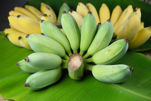 Banana verde na folha de bananeira