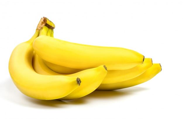 Bananas amarelas frescas em um fundo branco
