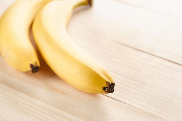 Bananas amarelas maduras em uma mesa de madeira