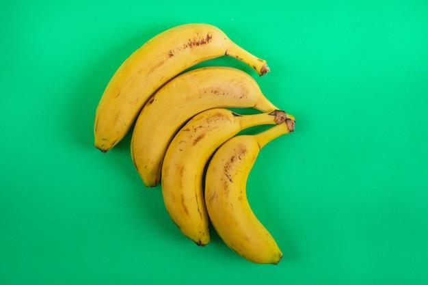 Bananas de vista superior na superfície verde