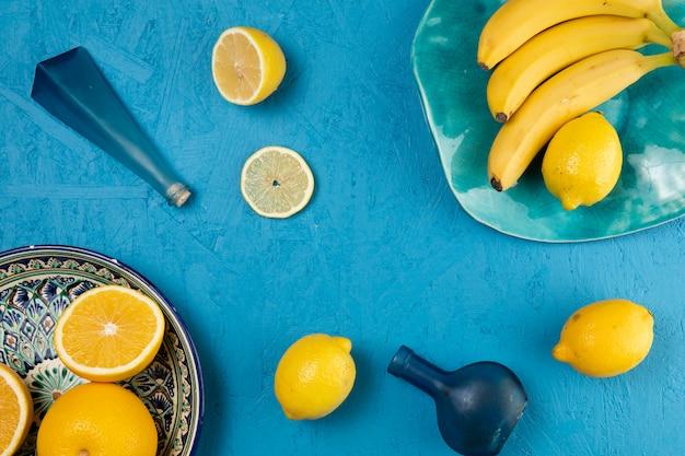 Bananas e limões em fundo azul