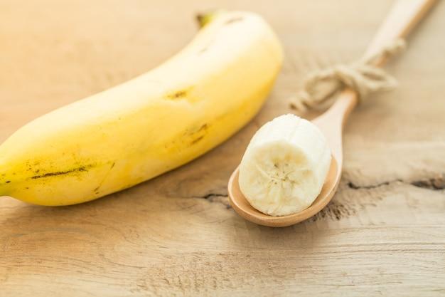 Bananas em uma colher de pau,